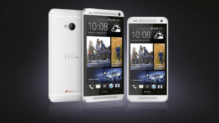 Links de HTC One, rechts de One Mini. Beeld HTC