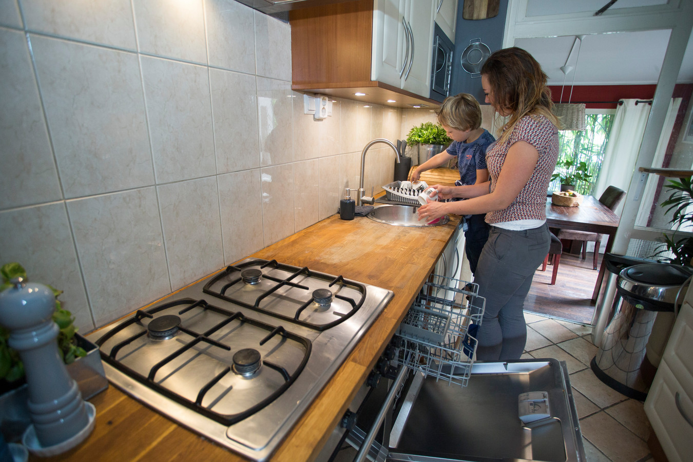 Eline Stulp en haar zoontje Dylan doen al bijna vier maanden de afwas met de hand. Liander heeft nog geen geld uitgekeerd waarmee ze de vaatwasser kunnen vervangen.