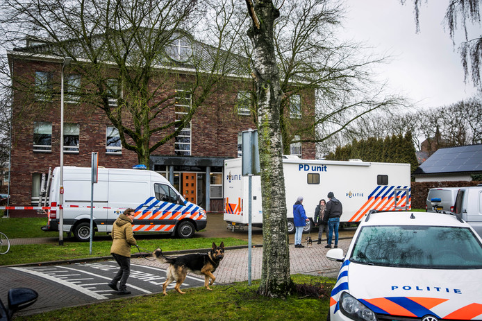 De politie ter plaatse vlak na de moord.