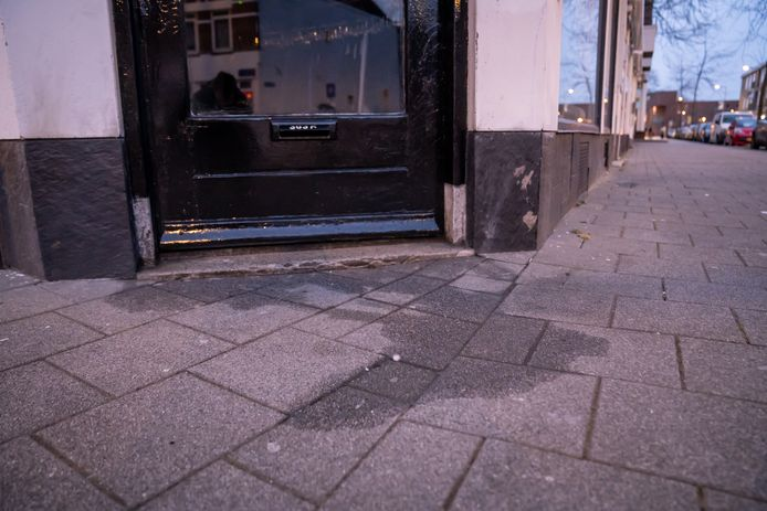 De politie en brandweer zijn donderdagavond uitgerukt naar de Poolse kledingwinkel aan de Katendrechtse Lagedijk in Rotterdam omdat er een onbekende vloeistof op de voordeur zat.