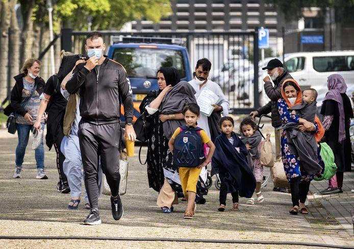 Afghaanse evacués komen aan bij het Marine Etablissement Amsterdam.