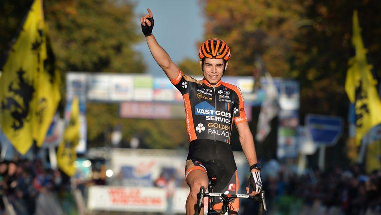 Wout Van Aert gaat met de overwinning aan de haal op de Koppenbergcross. Beeld BELGA