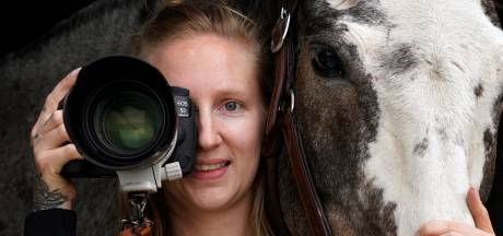 Geen alledaagse baan voor Emma, ze is internationaal bekend paardenfotograaf: 'Vooral bloesemtijd is enorm druk'