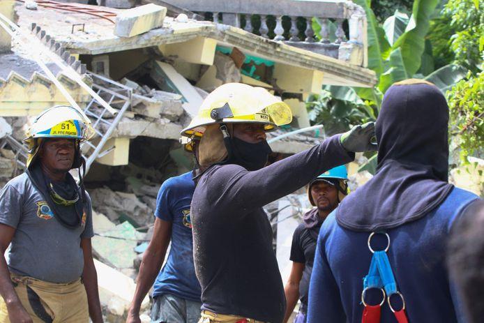 Reddingswerkers doorzoeken ingestorte gebouwen in Les Cayes, in het zuidwesten van Haïti.