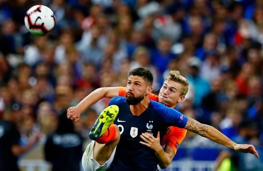 In Parijs verloor Nederland van Frankrijk, dat koploper is en vrijdag aan een punt genoeg heeft voor plaatsing voor de halve finale. Hier legt Matthijs de Ligt het af tegen Olivier Giroud.
