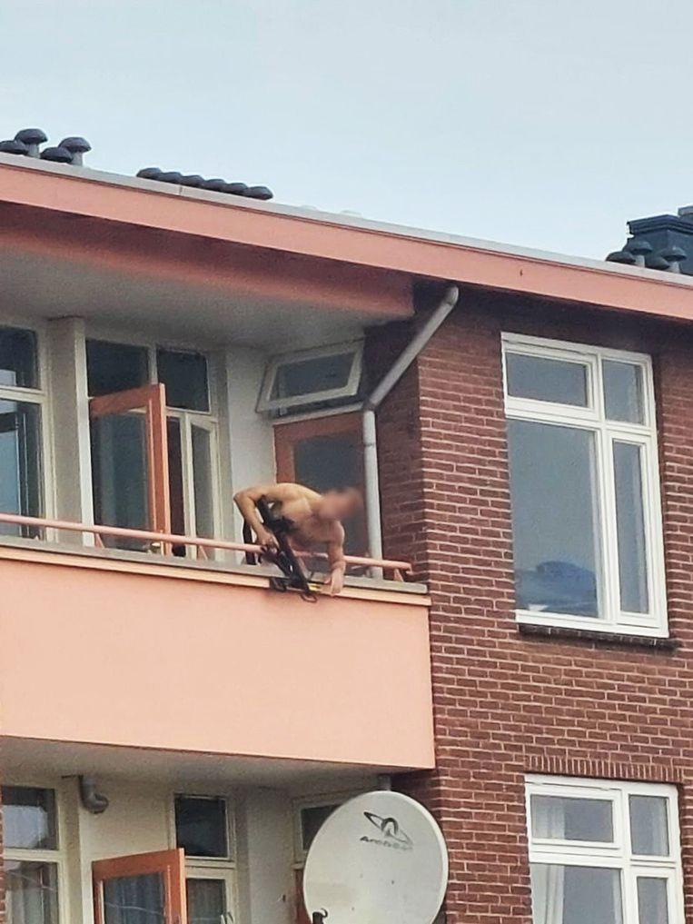 Voor zijn aanhouding schoot de vermoedelijke dader met een kruisboog vanaf zijn balkon. Beeld Twitter Mark Mensink