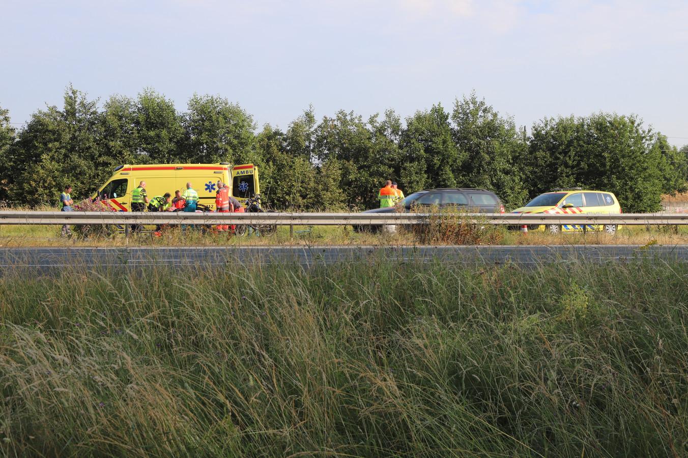 Hulpverlening na het ongeluk op de A15.