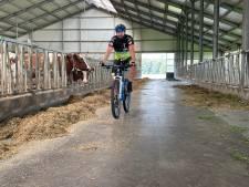 Tour de Boer: Mountainbiker hoort problemen van Deventer boeren aan en brengt spierziekte onder de aandacht
