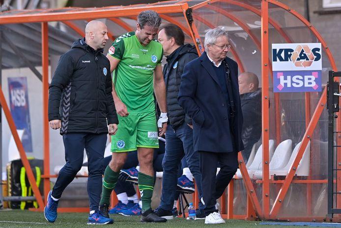 De Graafschap-aanvoerder Ralf Seuntjens verlaat tegen FC Volendam met een pijnlijke grimas het veld.