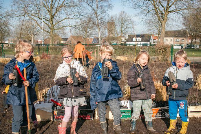 Leerlingen van De Ark zetten de jonge boompjes zelf in de grond.