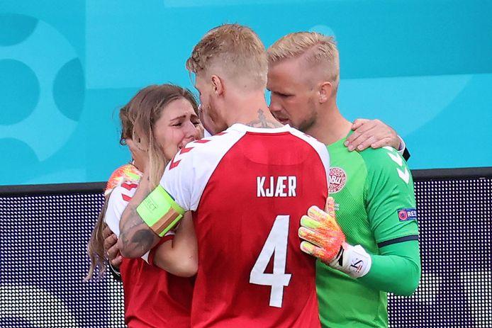 Simon Kjaer et Kasper Schmeichel réconfortent la compagne de Christian Eriksen.