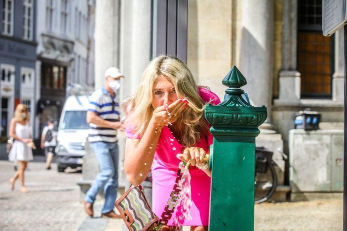Mercedes Van Volcem aan de drinkfontein op de Burg.