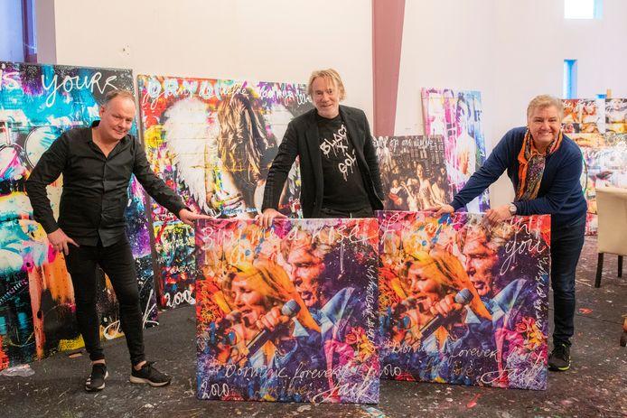 Kunstenaar Jack Liemburg (m.) maakte met een foto van Maarten Sprangh (l.) een kunstwerk van Grant and Forsyth. Niemand minder dan René Froger (r.)  kwam het deze week ophalen.