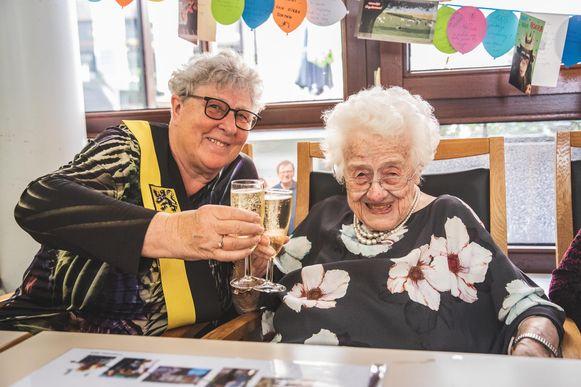 Schepen Mieke Van Hecke feliciteerde de eeuwelinge