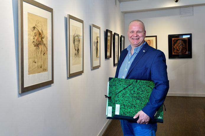 Alex Brink bij een aantal tekeningen van zijn oudoom Martin Brink, die even mochten hangen in de Amersfoort Art Galerie aan het Julianaplein. ,,Als ik een rotdag heb en ik kijk naar zijn tekeningen, voel ik me gelijk weer op mijn gemak.''
