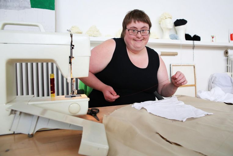 Lindsy is trots op haar werk aan de stikmachine.