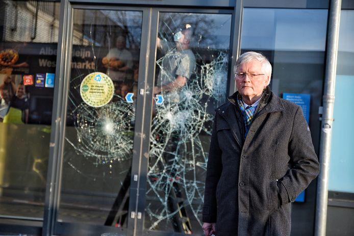 Burgemeester Theo Weterings voor de vernielde voordeur van de Albert Heijn op de Westermarkt. De winkel gaat maandag gewoon open.