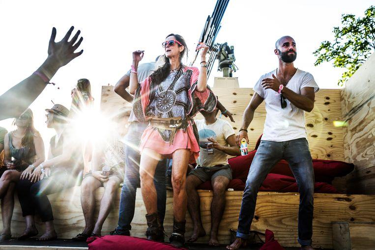 Als het te warm is om te dansen, biedt Paradise City zitvoorziening en lommerte alom. Beeld Aurélie Geurts