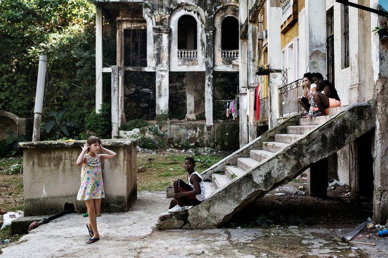 Het Arcos-gebouw, één van de meest iconische gebouwen in Havana, is in erbarmelijke staat. Beeld Yuri Kozyrev/Noor