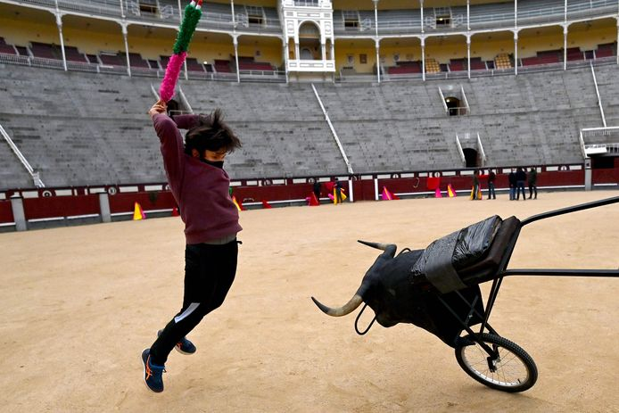 Een leerling-stierenvechter oefent in de arena in Madrid. (archieffoto 4 februari 2021)