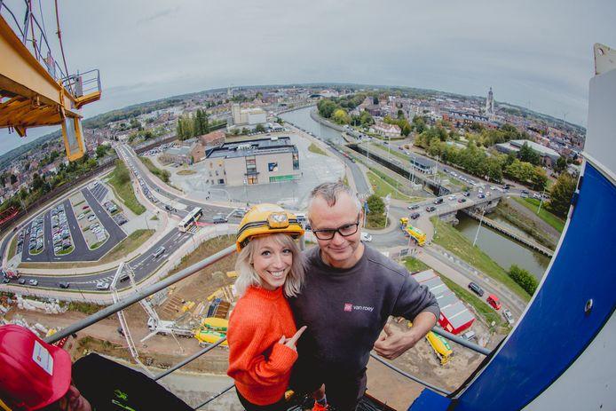 Heidi Van Tielen en kraanman Erik genoten samen van het uitzicht over Halle.