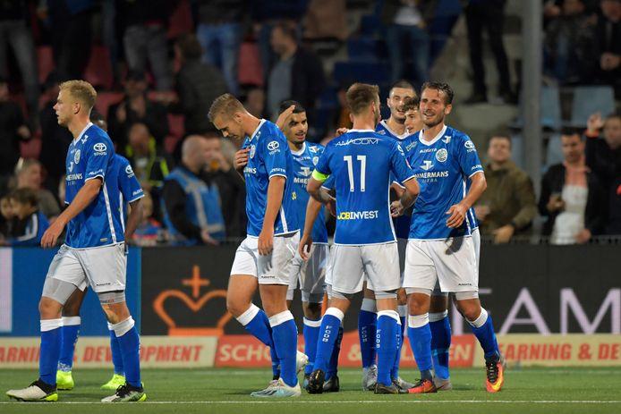 Lachende gezichten bij FC Den Bosch, dat mede dankzij een goed spelende Paco van Moorsel (r) won.