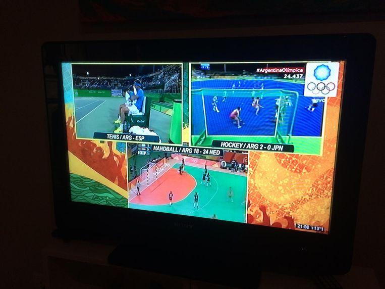 De triple splitscreen op de Argentijnse televisie. Beeld Pieter Hotse Smit