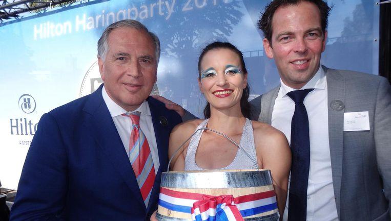 Hiltondirecteur Roberto Payer, acrobate Sylvia Idelberger en Eric van As (Versvishandel Jan van As), die er niet alle 25 jaar bij was. Payer: 'Soms trouw je twee keer.' Beeld Hans van der Beek