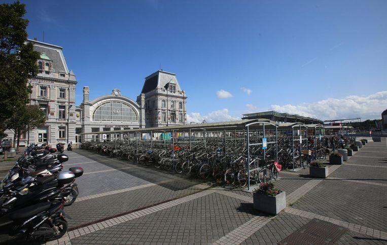 De fietsenstalling op het huidige stationsplein.