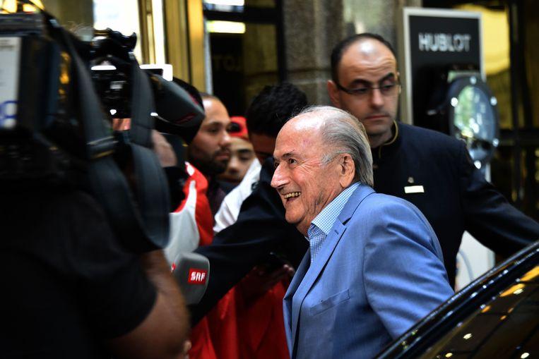 Sepp Blatter komt aan bij zijn hotel in Moskou.  Beeld AFP