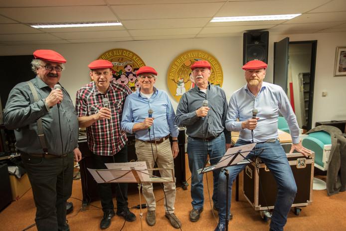 De Keiegalmers tijdens een repetitie: v.l.n.r.: Lex Coolen, Theo Gommans, Eugène Plessen, Hans Carmiggelt en William Verkoelen.