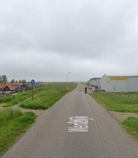 Bankjes langs keermuur op verhoogde dijk bij Hansweert