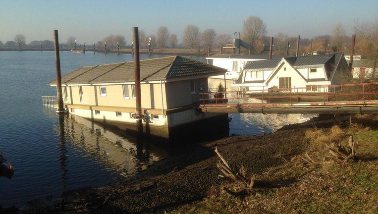 Scheefgezakte woonboten in Rijksvluchthaven bij Heijen, gemeente Gennep. Beeld Peter de Graaf