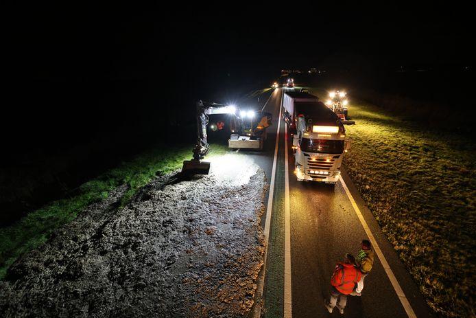De drab moet met een zekere precisie worden weggehaald. Die kan het asfalt namelijk beschadigen.