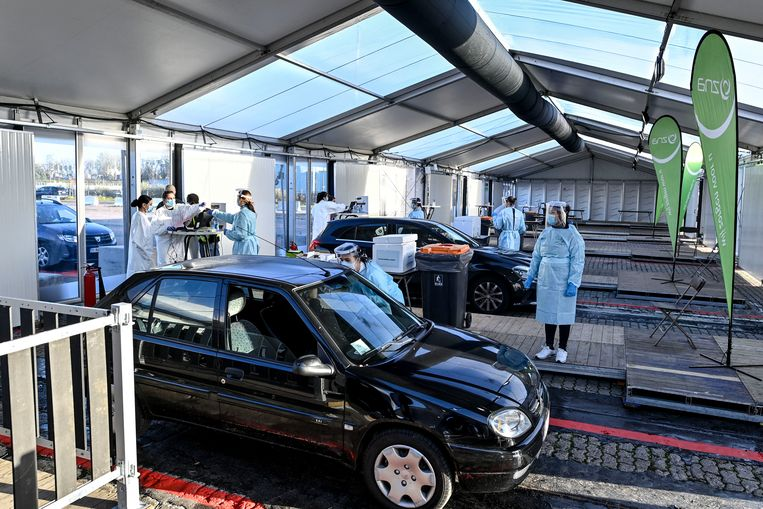 Mensen worden getest op het coronavirus in een teststraat in Antwerpen. Beeld Hollandse Hoogte / AFP