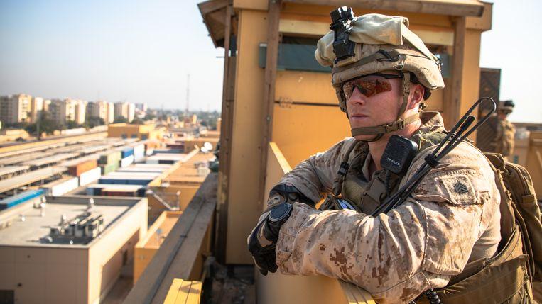 Een Amerikaanse marinier op wacht bij de Amerikaanse ambassade in Bagdad. Beeld EPA