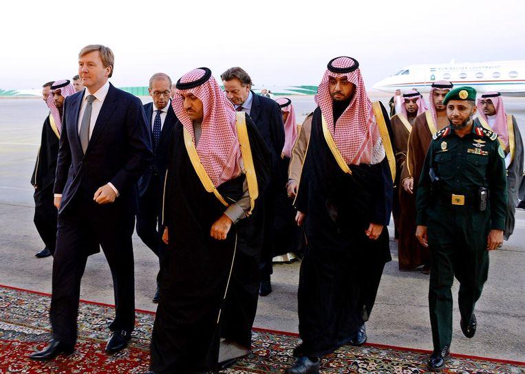 Koning Willem-Alexander bracht vorig jaar een bezoek aan Saudi-Arabië vanwege de dood van koning Abdullah. Beeld epa