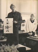 Ton Lohman (23) in 1978, als beginnend docent, met illustraties voor de roman die hij door de klas gezamenlijk liet schrijven.