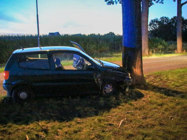 Automobilist verliest controle over stuur en botst tegen boom in Gemert