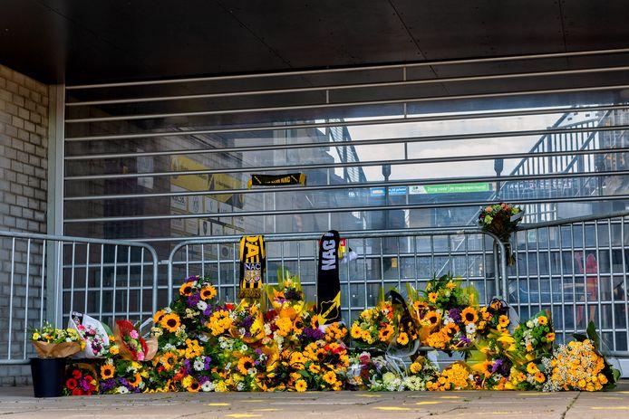 Bij de ingang van Vak G van het NAC stadion in Breda zijn bloemen gelegd ter nagedachtenis aan de NAC supporter.