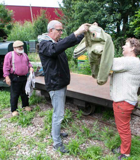 Bosarbeiders tuffen voortaan droog naar hun werk in treintje van Mechanisch Erfgoed Centrum in Dronten