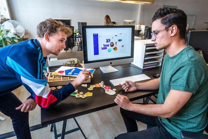 Oprichter Mitchell Jacobs van Studio Tast (r) en collega Jeroen Cleijne zijn aan de slag met hun methode 'Groow'. Het programma is dankzij de medewerking van VMBO-opleiding SintLucas uitgebreid met een functie om creativiteit van scholieren te stimuleren.