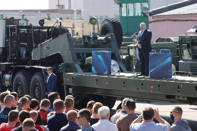 Loekasjenko spreekt fabrieksarbeiders toe. Kort daarvoor was hij tijdens een toespraak uitgejouwd, een ongekende gebeurtenis in het land dat geldt als de laatste dictatuur van Europa. Beeld AP