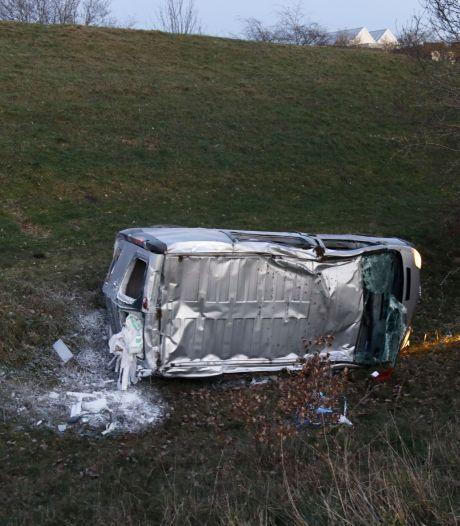 Bestuurder gewond na duik in droge sloot met bestelbus bij Gennep