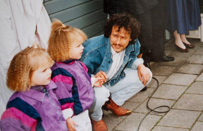 Denise (links) en Sammy Vinke met hun vader.