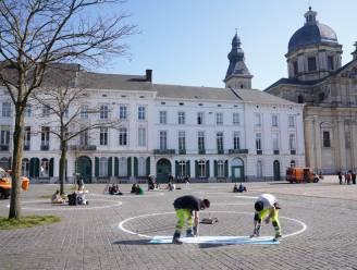 """105 krijtcirkels op Sint-Pietersplein: """"Waarom geen tafel, 4 stoelen en bediening? Dan is ook de horeca content"""""""