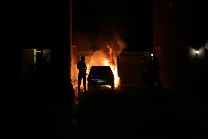 In het gehucht Holthees zijn twee auto's uitgebrand in de nacht van maandag op dinsdag.