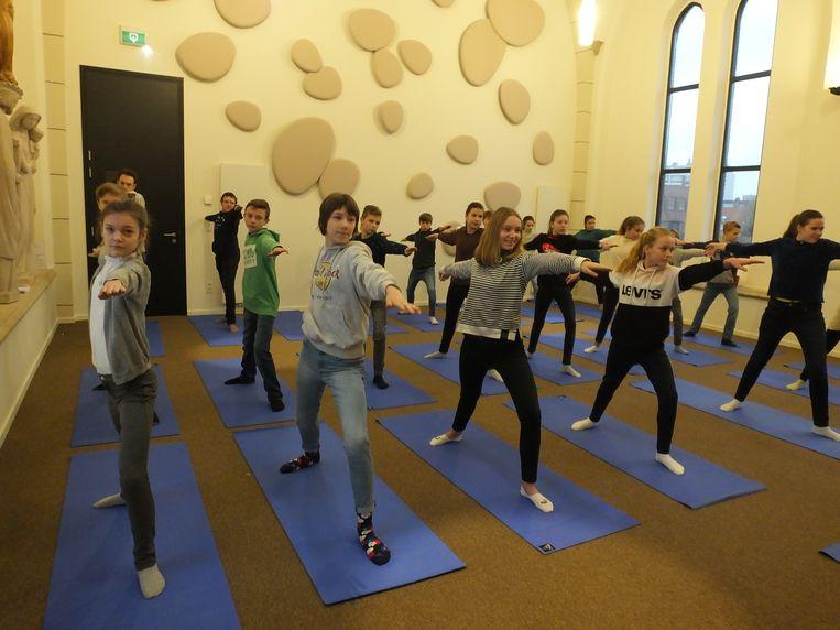 De eerstejaars van 1A07 van Leiepoort campus Sint-Hendrik tijdens een mindfulness-sessie in de schoolkapel.