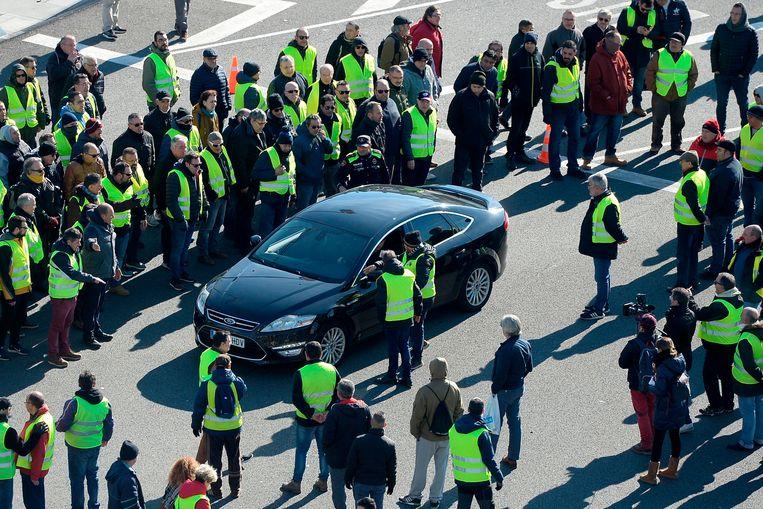 Demonstranten houden een Cabify-bestuurder tegen in Barcelona Beeld AFP