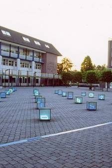 Schuiven met glazen kubussen op Leerdamse Reilinghplein